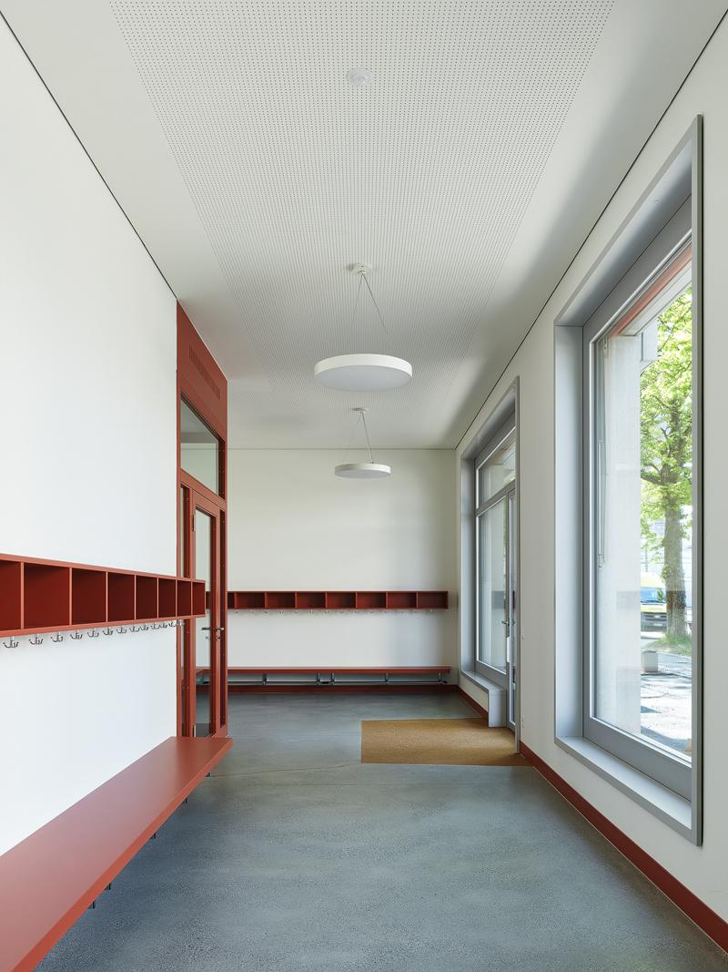 Nimbus Architekten Michael Bühler Lukas Schaffhuser Kindergarten Herdernstrasse Garderobe 1 Bild Georg Aerni